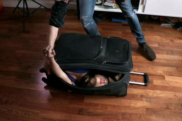 美女演员竟能将自己缩进小小行李箱