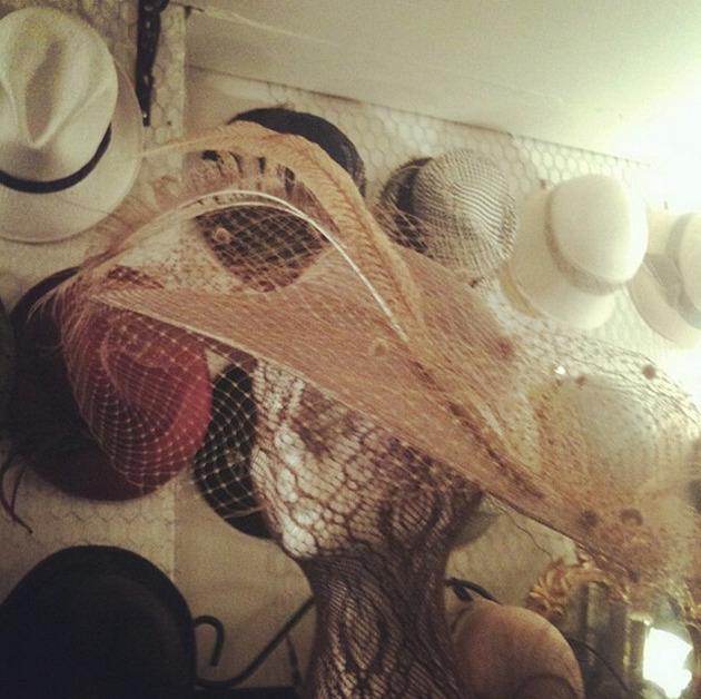 制作 探访 名店 全球 传统/芭芭拉的帽子从剪裁到成品全过程均为手工制作,使用的是从19...