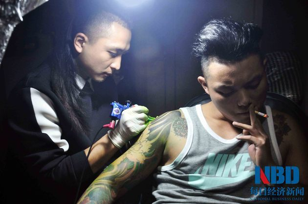 帅哥纹身师年入百万 顾客称:就喜欢他这张扑克脸