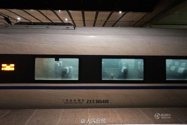 这是一辆穿过雾霾区的高铁,竟脏成这样!我们的肺啊 | 每经网