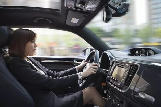 车用乙醇汽油,简单来说就是,在汽油中添加10%的生物燃料乙醇,也就是我们通常说的酒精。