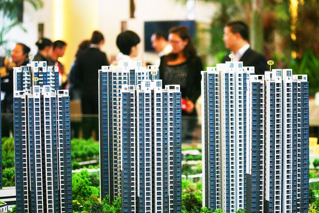 时至岁末,杭州楼市已经开始转淡。据透明售房网统计,杭州市区上周(1.22-1.28)共申领出了23张预售证,新增1878套可售房源,相比前一周减少一半。不过,几个供不应求的热门板块都迎来了新增供应。