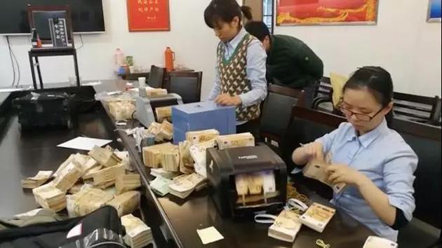 银行工作人员清点收缴的外币