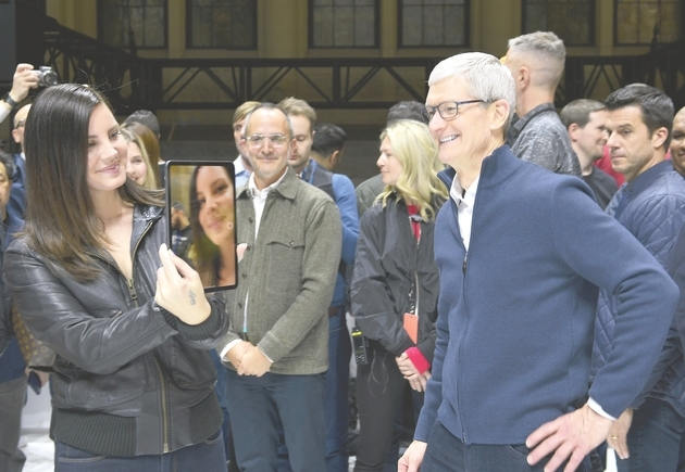 """美国苹果公司10月30日在纽约举行新品发布会,推出了iPad Pro、MacBook Air、Mac mini三款新品。新款iPad Pro实现了""""自iPad问世以来最大的改变""""。除了取消主页按钮、采用去年推出的iPhone X产品系列面部识别技术外,新款iPad Pro拥有了边缘到边缘的LCD显示屏,比之前版本更薄,配有11英寸和12.9英寸两种版本。"""