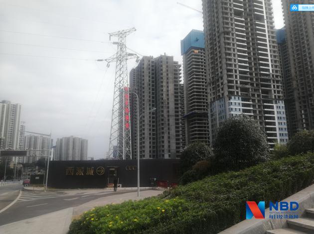 """重庆楼市上演""""过山车"""":从千人抢房到门可罗雀 中介也被迫带客看新盘图片"""
