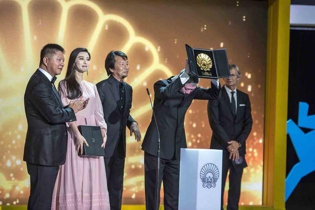 当地时间2016年9月24日,西班牙,第64届圣塞巴斯蒂安电影节,范冰冰获最佳女主角银贝壳奖,左数第一位为綦建虹(图片来源:东方IC)