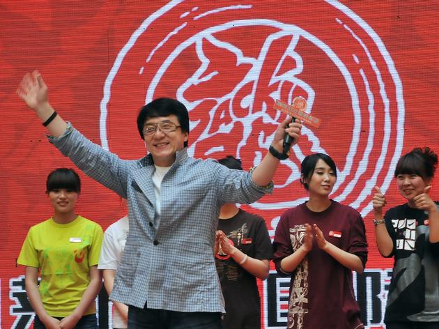 2011年4月20日,辽宁沈阳,成龙出席耀莱成龙国际影城开业仪式(图片来源:东方IC)