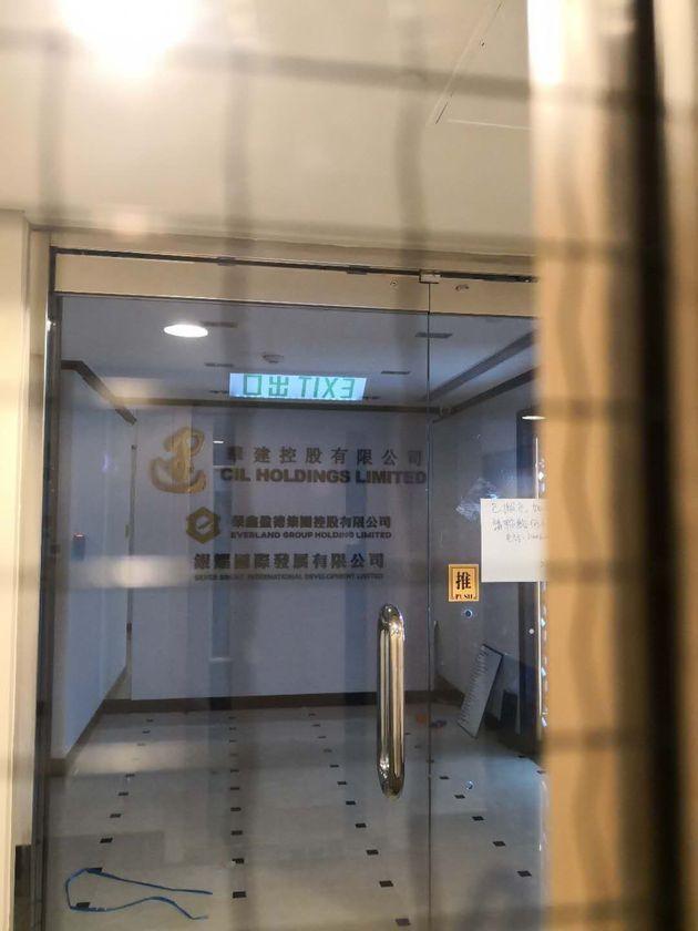 2019年2月,每日经济新闻记者来到HYH Group在香港注册留下的办事处地址,发现香港上市公司华建控股也在同一楼层办公,目前该楼层都已人去楼空(图片来源:每日经济新闻记者 张春楠 摄)