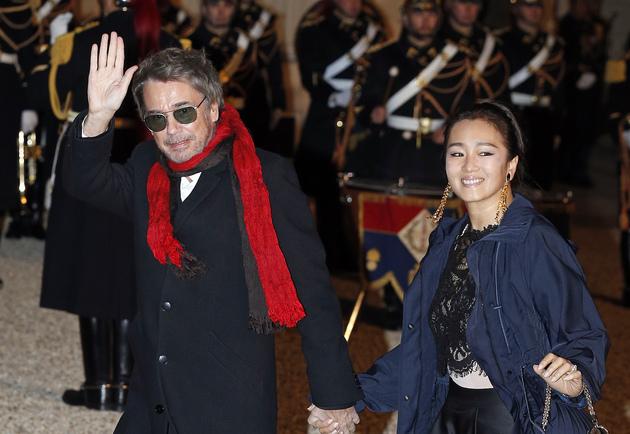 今年3月25日,巩俐和雅尔就一同出席法国总统马克龙在爱丽舍宫举行的国宴(图片来源:视觉中国)