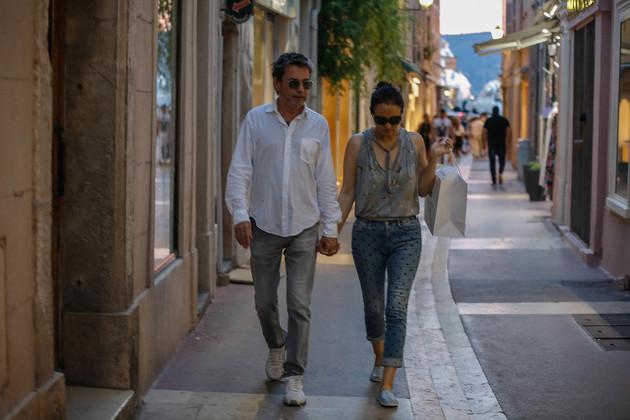 2017年7月23日,法国 St Tropez,巩俐和雅尔牵手逛街(图片来源:视觉中国)