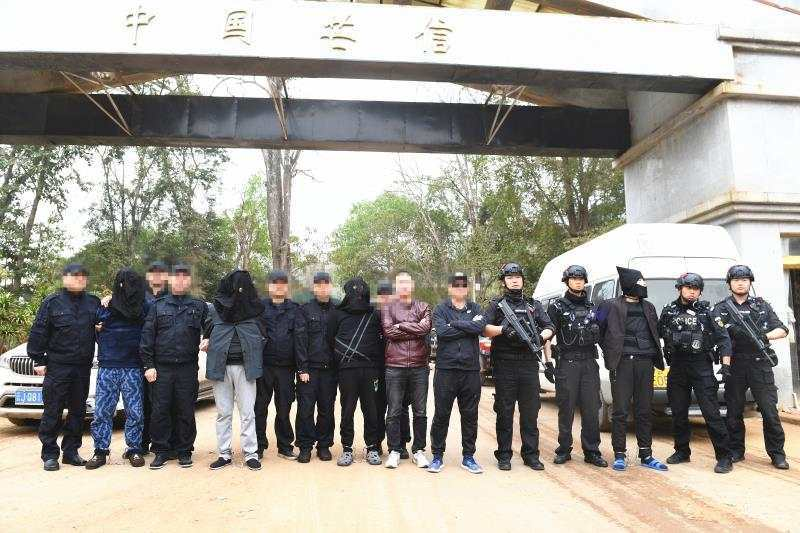 犯罪嫌疑人被押解回国。重庆警方供图