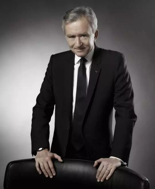 富可敌国!这个人的财富约占法国GDP的4%,他家的产品男女通吃,比尔·盖茨都甘拜下风