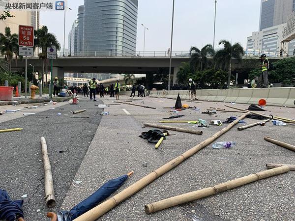 香港观塘地区示威者拆毁九龙湾的智慧灯柱