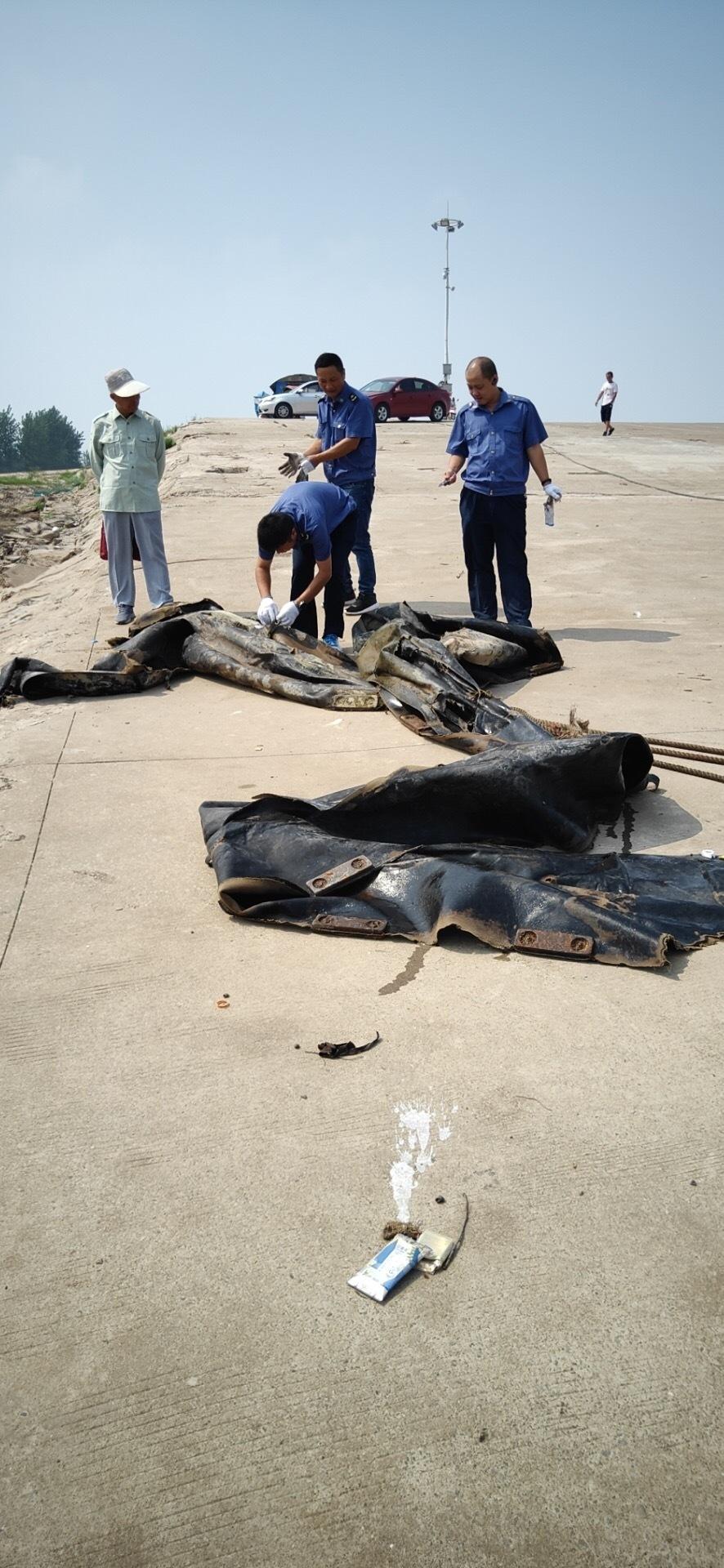 """""""三峡水怪""""被打捞上岸!系废弃的橡皮气囊"""