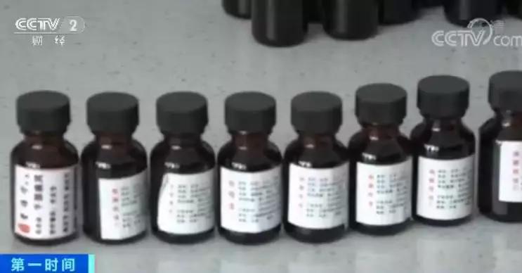 在现场,警方共查扣成品假药11.6万余瓶,制假容器100余箱,加上之前已经查扣的6万多瓶假药,涉案总金额高达300余万元。