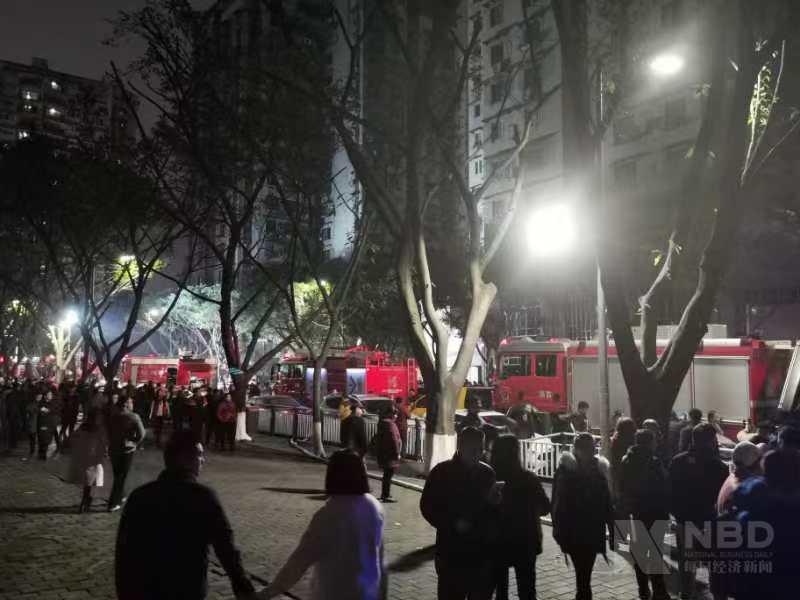 重庆一居民楼火灾追踪 小区物业:业主暂安排酒店,消防正挨户检查