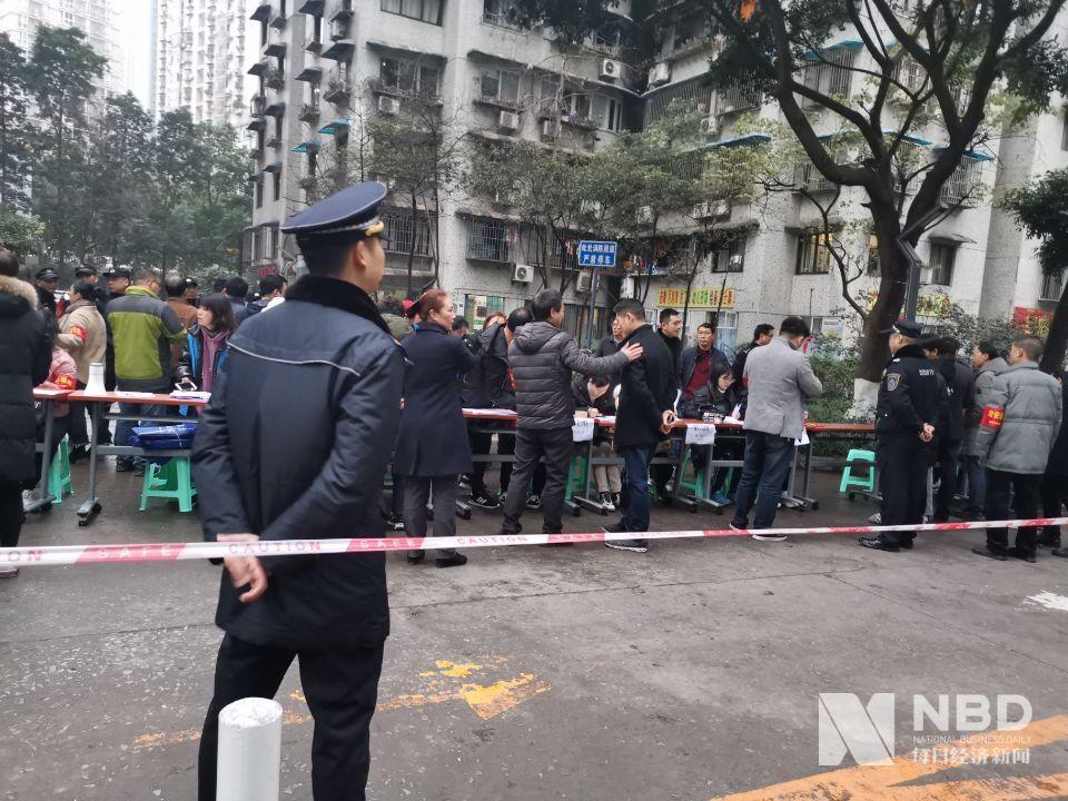 現場丨重慶加州花園火災后續:住戶已可回家拿