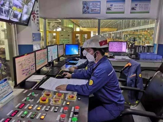 """中国制造缩影:宝钢股份打造24小时""""黑灯工厂"""" 智能手段实现稳"""