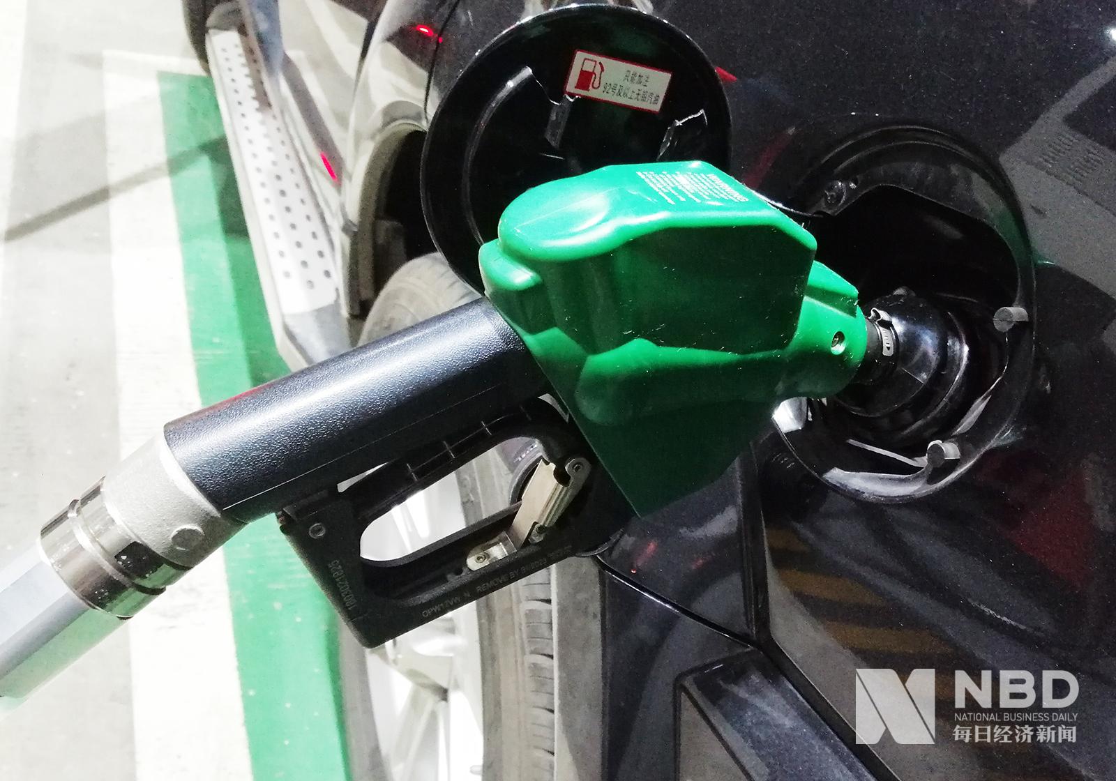 """国内成品油价迎7年最大降幅 零售价重回""""5元时"""