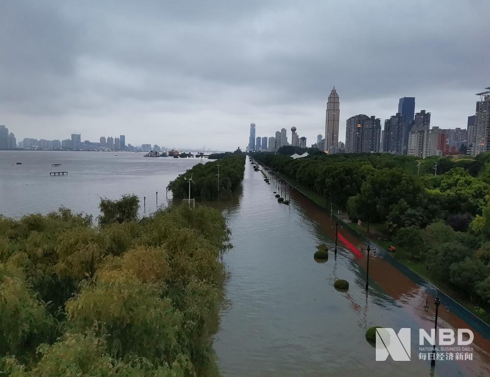 图集|长江武汉段汉口站水位已超警戒线 沿江码头闸口均在加固堤坝