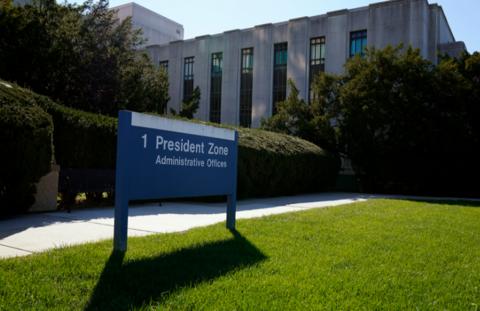 特朗普搬入沃尔特·里国防医疗中心大门口异常包囊
