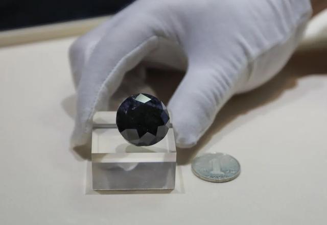 """价值超2亿的钻石!直径一枚硬币大小!""""全球五大黑钻之一""""在上海展出"""