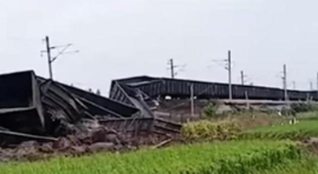 广东一列车18节车厢脱线:受台风影响,无人员伤亡