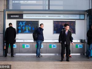 """3月1日起,《上海市公共场所控制吸烟条例》修正案正式实施,上海进入""""室内全禁烟""""时代,以往在室内设置的""""吸烟室""""几乎都将成为历史。"""