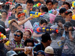 当地时间2017年4月14日,泰国曼谷,泰国民众庆祝泼水节,湿身狂欢。