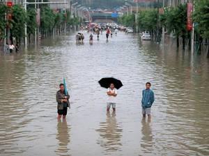 2018年7月11日,成都普降大雨,下午2点多,四川省成都市金堂县启动红色(I级)防汛应急预案。下午4点30分左右洪峰过境金堂,毗河水位大涨。导致金堂县赵镇旧城区全面受淹,新城部分路段被淹,救援工作正在有序进行中。每经记者 张建 摄影报道。
