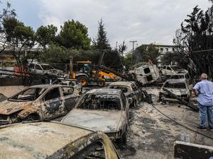据雅典通讯社24日报道,雅典附近森林火灾造成的遇难人数升至74人,另有至少20人失踪。报道说,森林火灾还造成187人受伤,其中10人生命垂危。希腊总理齐普拉斯24日在电视讲话中宣布,从当天开始希腊全国为火灾遇难者哀悼3天。(图片来源:新华社)