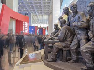 """""""伟大的变革——庆祝改革开放40周年大型展览""""11月13日在国家博物馆隆重开幕。自开幕以来,展览吸引了众多参观者。截至11月18日,累计参观人数超过19万人。"""