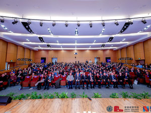 """12月8日上午,由上海交大安泰经管学院主办、每日经济新闻协办的""""纪念改革开放四十周年:中国行业发展高峰论坛""""在上海举行,众多来自不同行业的领袖人物、专家学者,共同追溯行业本源,探寻时代行业责任,会议现场座无虚席。"""