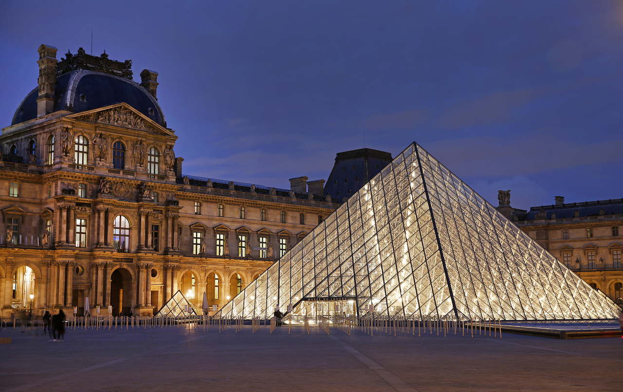 """法国·卢浮宫玻璃金字塔(图片来源:视觉中国)""""让光线来作设计""""是贝聿铭的名言,他的作品善于结合光与空间,在巴黎卢浮宫金字塔的入口把光线引入博物馆,""""让过去的历史晒晒今天的太阳""""。"""