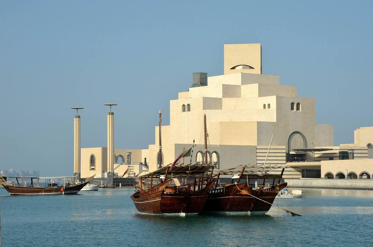 """卡塔尔·伊斯兰艺术博物馆(图片来源:视觉中国)这是贝聿铭又一个呕心沥血的杰作,博物馆在2008年顺利开馆,贝聿铭称伊斯兰艺术博物馆将是他最后一个大型文化建筑。如他所说,捕捉住""""伊斯兰建筑的精髓""""。"""
