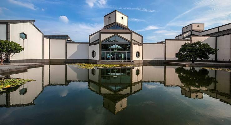 中国·苏州博物馆新馆(图片来源:视觉中国)博物馆置于院落之间,使建筑物与其周围环境相协调。新馆与拙政园相互借景、相互辉映,成为一代名园拙政园的现代化延续。
