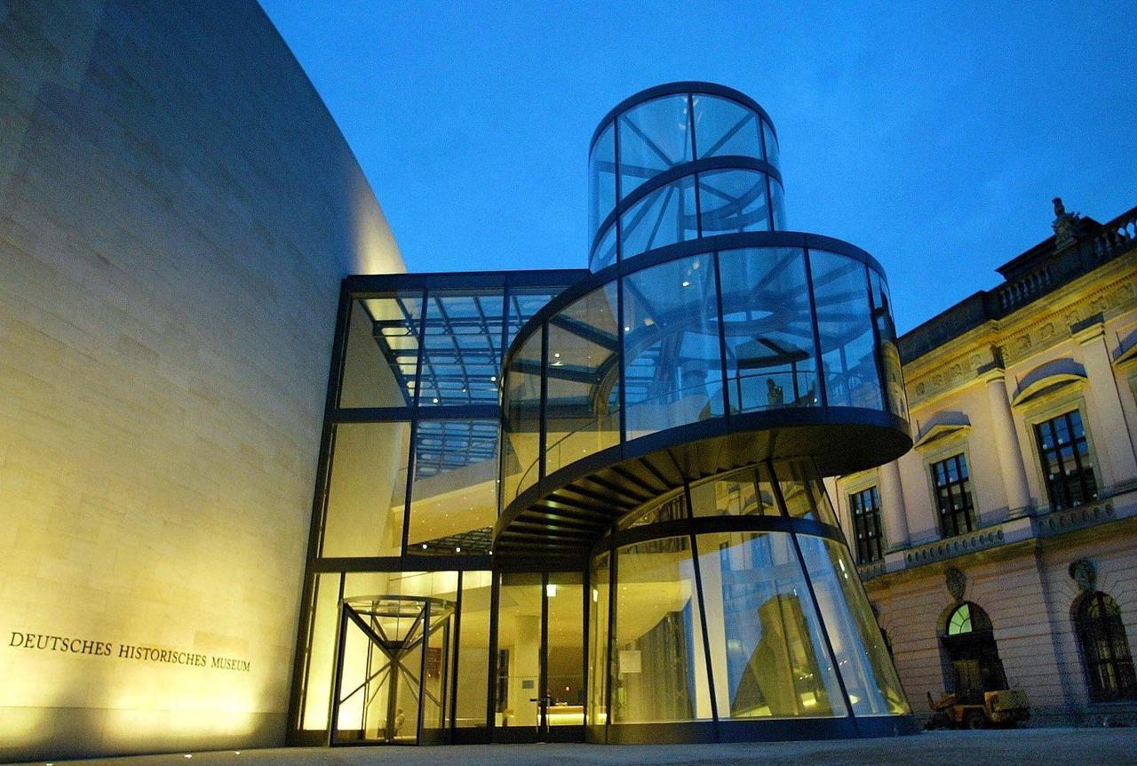 德国·德国历史博物馆(图片来源:视觉中国)在博物馆内,每走一步都能见到明亮大厅的新景色,向外看,展现的又是柏林市中心的建筑。