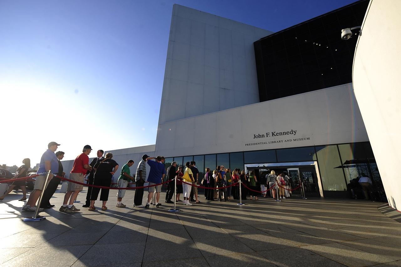 美国·肯尼迪图书馆(图片来源:视觉中国)这座建造了15年之久的图书馆,由于设计新颖、造型大胆、技术高超,在美国建筑界引起轰动,被公认是美国建筑史上最佳杰作之一。