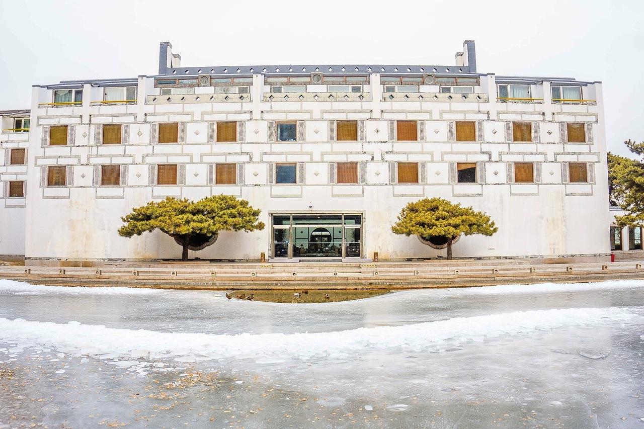 中国·香山饭店(图片来源:视觉中国)由贝聿铭主持设计的一座融中国古典建筑艺术、园林艺术、环境艺术为一体的四星级酒店。香山饭店位于北京西山风景区的香山公园内,坐拥自然美景,四时景色各异。
