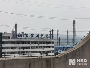 2019年7月19日17时45分,河南省义马气化厂C套空分装置发生爆炸起火事故。截至20日12时30分,现场搜救工作基本结束。到17时30分,确认12人不幸遇难,另有3位失联人员遗体已找到,正在确认身份。重伤人员15人,生命体征平稳。每经记者今日探访事故现场看到附近建筑物有不同程度损坏,特别是门、窗等损毁严重。