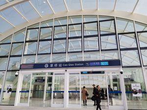 """今日(10月27日)零时起,全国民航正式启用2019-2020年冬春季飞行计划(2019年10月27日至2020年3月28日)。包括""""三大航""""在内的多家航司宣布将部分航线转场至北京大兴国际机场运行。  那么,转场当天大兴机场现场是什么样子?随每经镜头一起来看看吧!"""