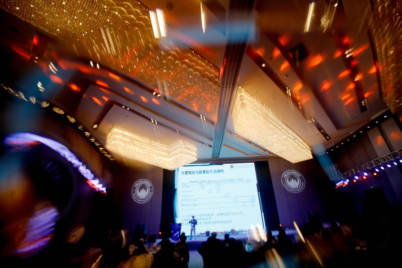 """""""2019 第三届中国上市公司董秘峰会""""上,余剑峰教授正在进行主题演讲。"""