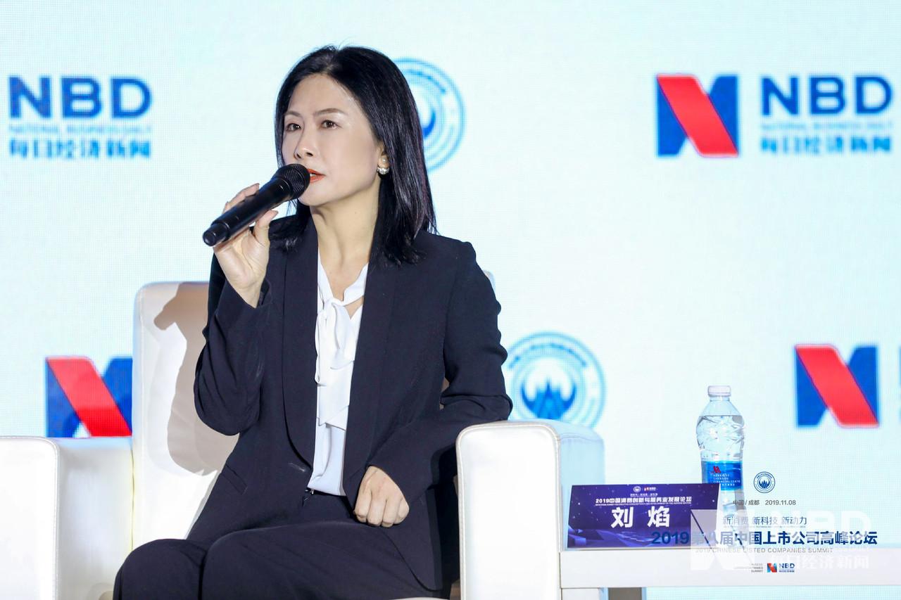 """""""我们要坚守产品的品质和中国文化,同时还要在产品的研发、制造和销售上积极创新。""""上海家化高级公关传播总监刘焰进一步解释道,现在的""""Z世代""""不那么崇洋媚外,他们通过小红书、网红直播等方式来了解商品,选择自己想买的产品,所以""""要用年轻人喜欢的沟通方式,去满足他们的需求"""" 。"""