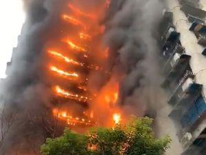 2020年1月1日17时30分左右,重庆加州花园一栋大楼突发大火,大楼一侧从底楼到顶楼均有燃烧迹象,火势较大,浓烟滚滚,不时有烧掉的物品从空中掉落。